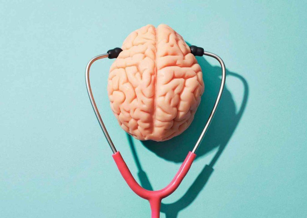 mózg i stetoskop na niebieskim tla