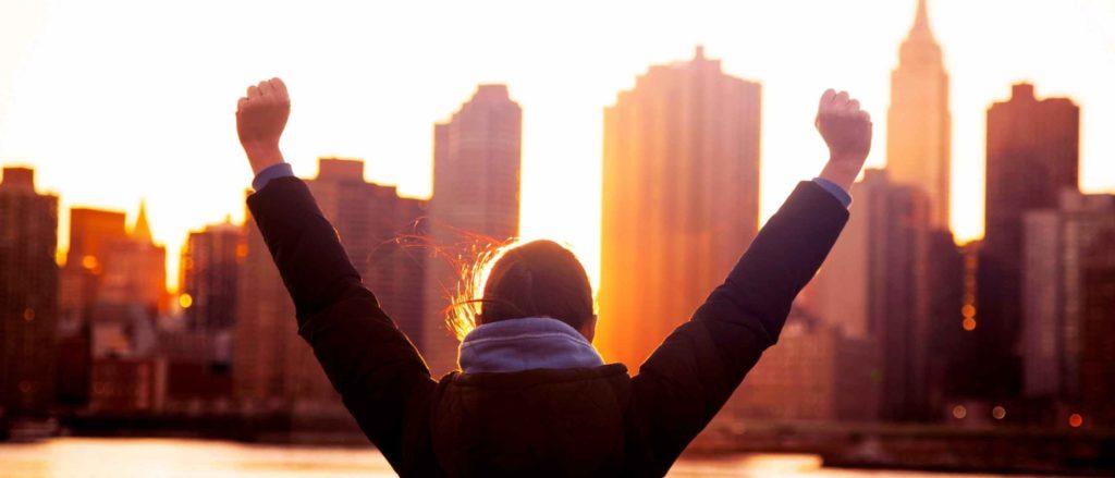 ręce uniesione do góry w geście sukcesu