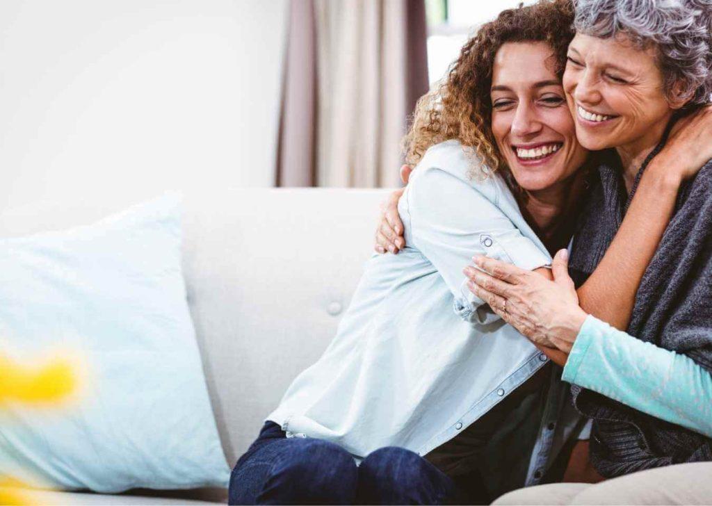 przytulanie matki z córką